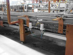 Два лубрикатора simalube® с шлангами смазывают цепную передачу на пивоваренном заводе