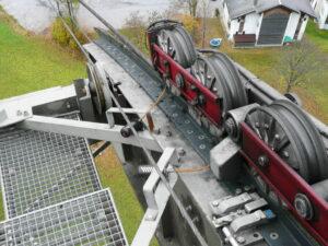 Два лубрикатора simalube 125 мл с защитной крышкой смазывают направляющую троса. Подача смазки осуществляется при помощи трубки.