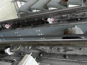 На направляющей троса установлено несколько лубрикаторов. Установка предельно проста благодаря магнитному креплению.