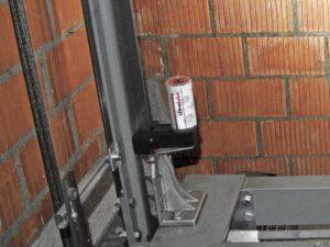 Система смазки simalube® оптимально поддерживает направляющие в рабочем состоянии — предохраняет с помощью равномерной смазочной пленки и одновременно очищает их. Смазывающая щеточка для лифтов устанавливается непосредственно на крыше кабины или на направляющем башмаке.