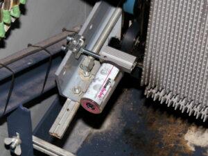 Щеточка смазывает звено цепи ступеней с обеих сторон, пластиковые ролики слегка увлажняются.