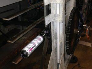 Смазывание цепи при помощи simalube на 250 мл. и плоской кисти.