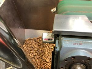 Два лубрикатора simalube объемом 60 мл. смазывают подшипники ролика дефлектора конвейерной ленты при обработке картофеля.