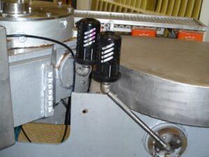 Смазка поворотного стола фасовочного узла для консервов. Лубрикаторы дополнительно защищены кожухом.