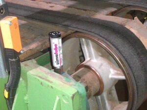 Подшипники транспортерных лент на заводе по производству гофрированного картона непрерывно смазываются лубрикатором simalube.