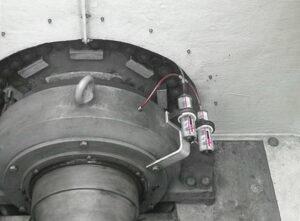 Два лубрикатора simalube объемом 250мл. смазывают главный подшипник ветротурбины.