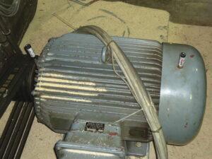 Электродвигатель машины для дробления щепы на лесопильном участке.